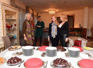 Tè con le amiche di Vira Carbone